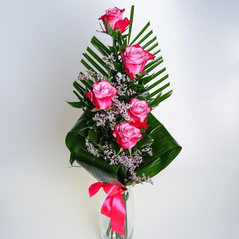 5 ružových ruží s dekoráciou
