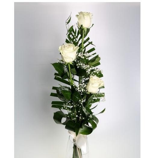 3 biele ruže s dekoráciou