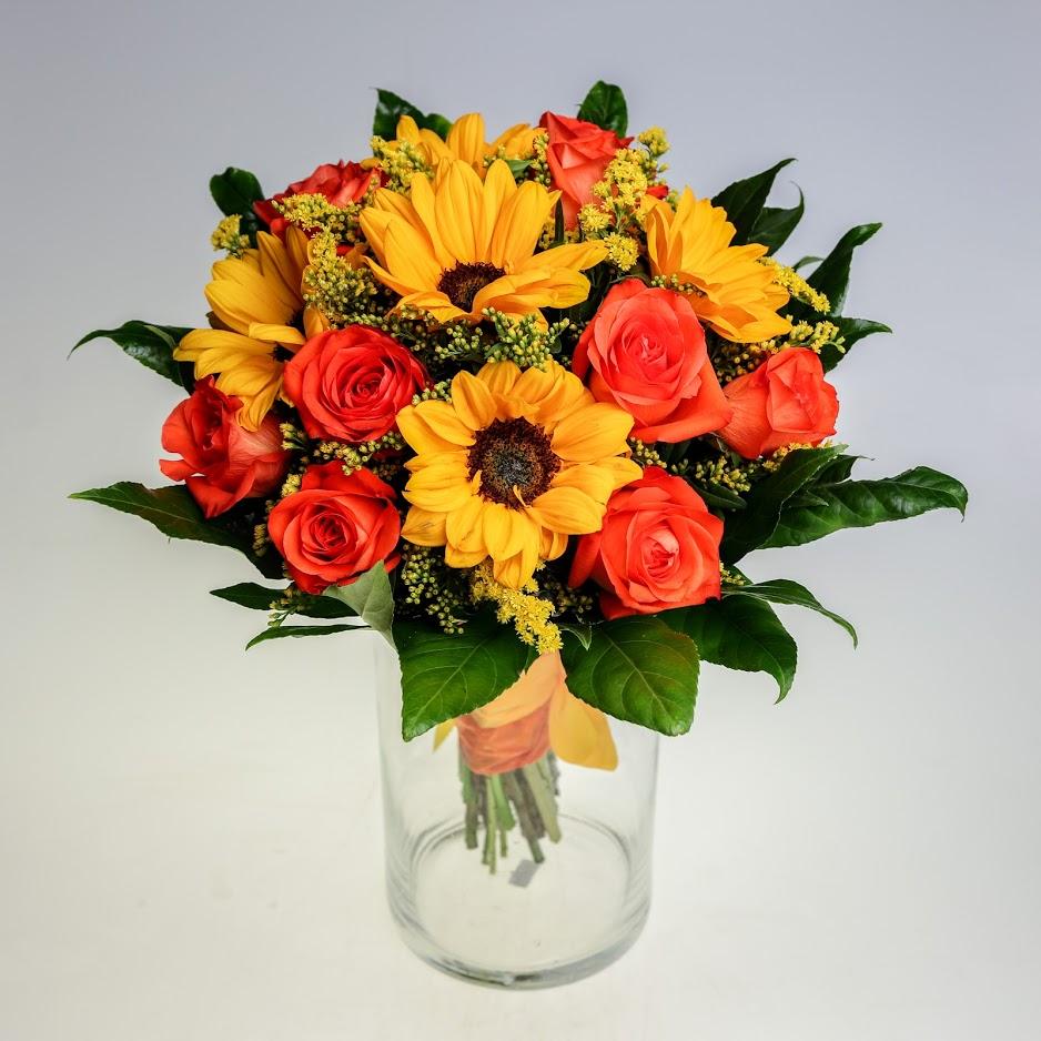 Kytica slnečníc a oranžových ruží