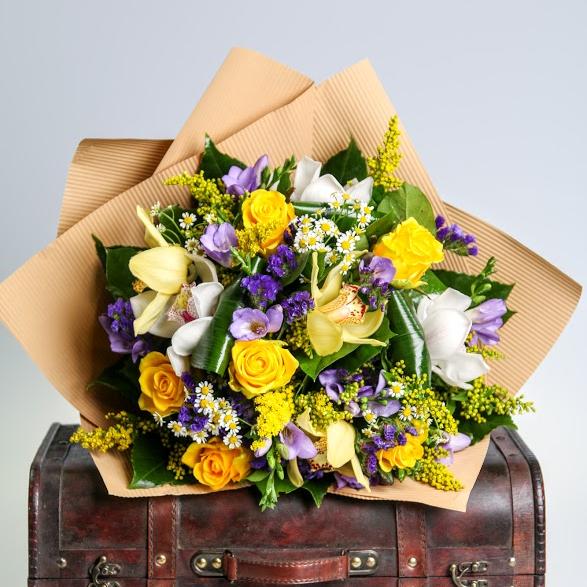 Kytica z orchideí, ruží a frézií