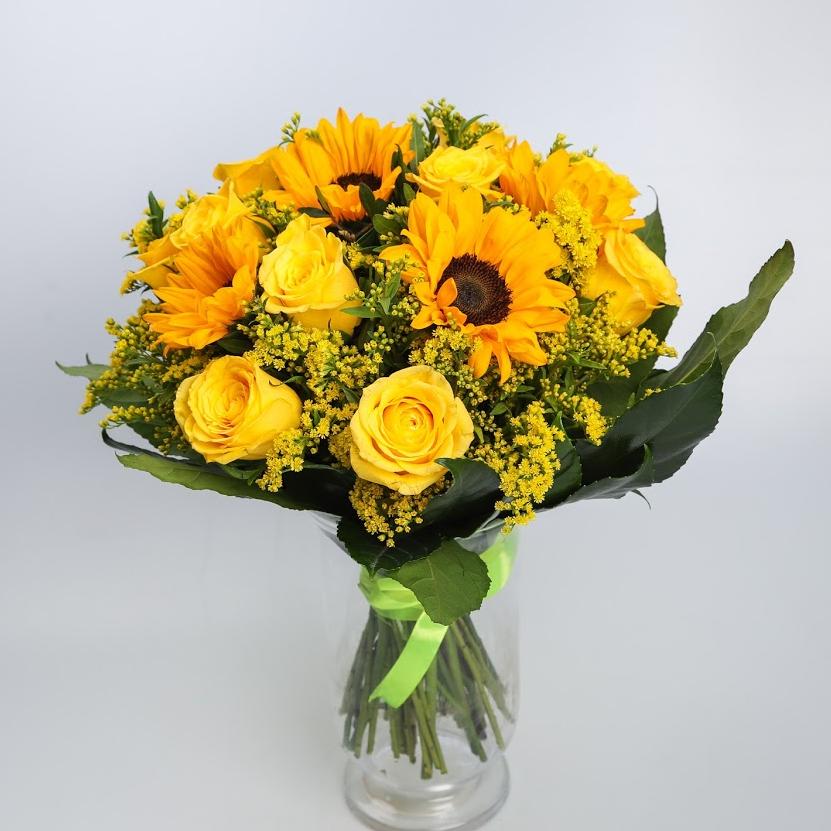 Kytica slnečníc a žltých ruží