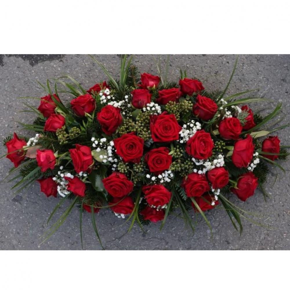 Ikebana na truhlu červené ruže