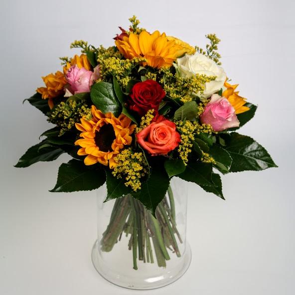 Kytica slnečníc a mix farieb ruží