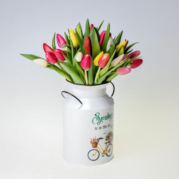 Kytica tulipánov v kýbliku