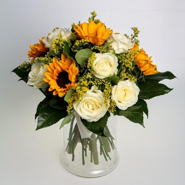 Kytica slnečníc a bielych ruží