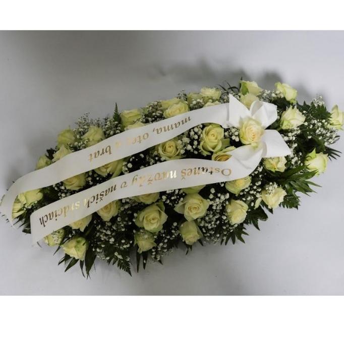 Ikebana na truhlu biele ruže