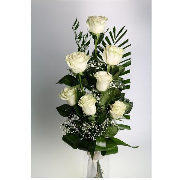 7 bielych ruží s dekoráciou