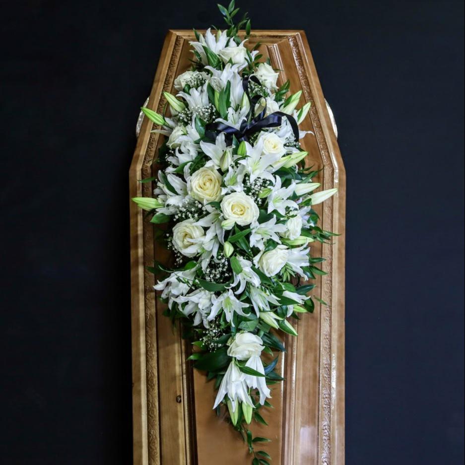Ikebana na truhlu biela lux