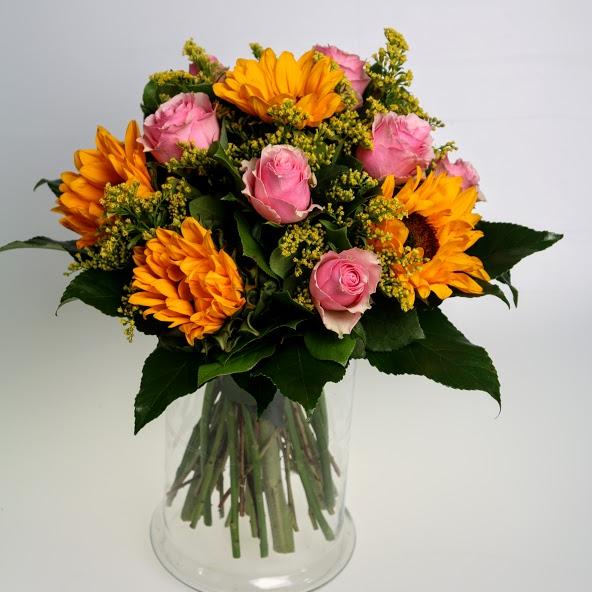 Kytica slnečníc a ružových ruží
